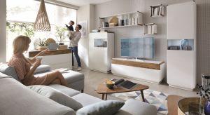 Przy okazji planowanego na okres wakacyjny remontu zadbajmy o to, aby aranżacja salonu nabrała świeżości. Jasne podłogi, ściany i meble sprawią, że my również poczujemy się lekko i swobonie.