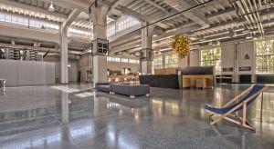 Nowoczesna podłoga musi być efektowna, dostosowana do stylu i charakteru wnętrza oraz sprostać wysokim oczekiwaniom pod względem parametrów użytkowych. Na wybór konkretnego rozwiązania wpływa wyjściowy stan techniczny budynku i czas, który mo�