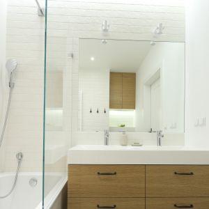 Nowoczesna łazienka - urządzamy strefę umywalki. Projekt: Agnieszka Żyła. Fot. Bartosz Jarosz