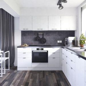 W białej kuchni postawiono na praktyczne rozwiązania. Dom Ariel 4. Projekt: arch. Tomasz Sobieszuk. Fot. Domy w Stylu