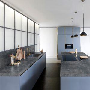 Ścianki przyblatowe (410x60 cm) obustronnie oklejone laminatem HPL w bogatej palecie dekorów. Fot. Pfleiderer