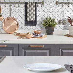 Biała mozaika ceramiczna Flabellum w kształcie rybiej łuski. Fot. Raw Decor