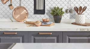 Materiały na ściany w kuchni nie tylko muszą pasować do stylu wnętrza, ale także odznaczać się trwałością. Co najlepiej sprawdzi się nad blatem? Podpowiadamy.