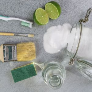 Zanim zaopatrzysz się w detergenty, sprawdź dobrze zawartość kuchennych szafek. Ocet, soda, sok z cytryny - to na pewno się przyda! Fot. WORWO