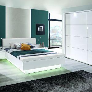 Eleganckie, białe łóżko z kolekcji Starlet White zapewni komfortowy sen, a miękki, wyprofilowany zagłówek oraz dobrane stylistycznie lampki nocne uprzyjemnią wieczorny relaks z książką. System podświetlenia łóżka sprawia, że mebel wydaje się być lekki, wręcz lewitujący. Ważnym elementem serii są szafy – dostępne w trzech szerokościach – z możliwością indywidualnej konfiguracji wnętrza. Fot. Forte