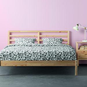Rama łóżka Terva ma wymiary 209 x 168 cm. Produkt wykonany jest z litego drewna sosnowego. Dno łóżka z drewnianych listew, materac i pościel sprzedawane są oddzielnie. Pasuje do niego materac o wymiarach 200 x 160 cm. Fot. Ikea