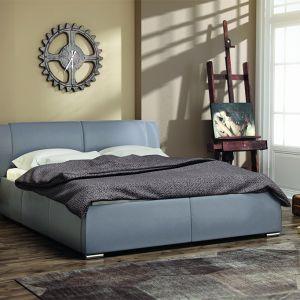 Nowoczesna linia łóżka tapicerowanego Eliza została podkreślona dyskretnymi przeszyciami wezgłowia oraz ramy. Łóżko produkowane jest w kilku wymiarach, w opcji z pojemnikiem lub bez, w szerokiej gamie tkanin i ekoskór. Fot. MC Akcent