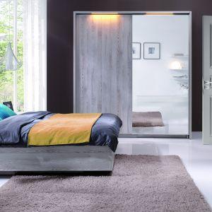 Kolekcja Moment składa się z szafy, łóżka, komody, szafki nocnej. Wybrane modele mebli, połączone w dowolnych konfiguracjach, można dekorować wybranymi frontami w bogatej palecie kolorystycznej. Jasne, wyraziście naturalne wybarwienie płyty oraz subtelne uchwyty to klasyka gatunku, która kryje w sobie nowoczesne rozwiązania. Fot. Wajnert