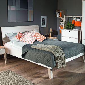 W kolekcji Simple dostępnych jest 5 rozmiarów łóżek. Do każdego można dokupić tapicerowaną poduchę zawieszaną na zagłówku oraz materac. Szczyt łóżka pozwala na ułożenie poduszek i stanowi wygodne podparcie. Wybierając łóżko stojące na nóżkach lub płozach, sprawimy, że optycznie zyska ono na lekkości – mimo dużego pojemnika na pościel. Fot. Vox