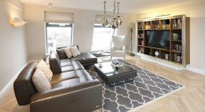 Urządzając salon często musimy wybierać między estetyką a funkcjonalnością. Dotyczy to na przykład telewizora i jego miejsca w salonowej aranżacji.