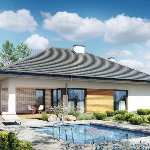 Dom w cieszyniankach to dom parterowy, który wyróżnia się funkcjonalnym rozplanowaniem przestrzeni. Prosta bryła budynku została zwieńczona czterospadowym dachem. Fot. Archon +