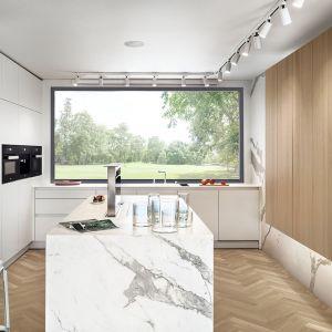 Nowoczesna kuchnia z trzema rodzajami wykończeń. Projekt: MOOMOO Architects. Fot. Tom Kurek