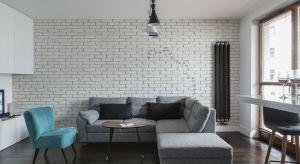 Szukacie niebanalnego pomysłu na wykończenie ścian w salonie? Postawcie na cegłę - w oryginalnym czerwonym kolorze czy też pomalowaną na biało lub grafitowo.