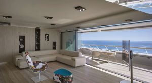Priorytetem w renowacji tego niezwykłego apartamentubyło jak najpełniejsze wykorzystanie niezwykłych widoków na Morze Śródziemne. Inwestorom zależało też na połączeniu części wewnętrznej i zewnętrznej mieszkania, w taki sposób, by grani