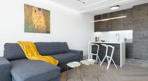Dwupokojowy apartament o powierzchni 42 m² mieści się w centrum Poznania i jest przeznaczony na wynajem. Mając to na uwadze, projektanci szczególnie starali się wybrać dobre jakościowo materiały wykończeniowe.