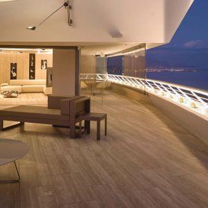 Lustra z polerowanej stali na sufitach, taras większy niż wnętrze mieszkania i okno o szerokości niemal pięciu metrów sprawiają, że w każdej chwili i niemal z każdego miejsca można podziwiać widok na Morze Śródziemne. Projekt: Jan Nedved. Fot. Reynaers Aluminium