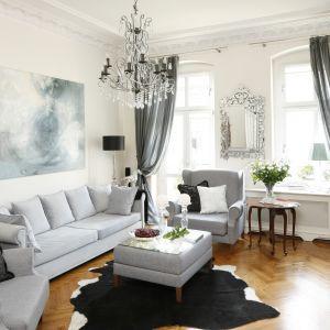 Piękny salon w stylu klasycznym. Projekt: Iwona Kurkowska. Fot. Bartosz Jarosz