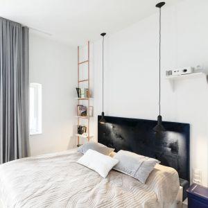 Prosty zagłówek harmonizuje z minimalistycznym wystrojem sypialni. Projekt: Mili Młodzi Ludzie. Fot. PION