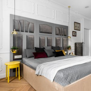 W tym przypadku wezgłowie łóżka zostało wykonane ze starych drzwi, odnalezionych podczas remontu mieszkania. Projekt: Anna Maria Sokołowska Architektura Wnętrz. Zdjęcia: Fotomohito