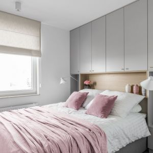 Miejsce na zagłówek wygospodarowano w zabudowie ściany za łóżkiem. Projekt: Barbara Wojsz (Wojsz Studio). Fot. Fotomohito
