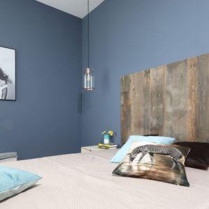 Surowe piękno starego drewna doskonale wyeksponowano na tle ścian. Projekt: Anna Krzak. Fot. Bartosz Jarosz