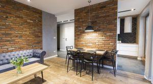 Apartament, położony nieopodal Starego Browaru w Poznaniu, urządzono z myślą o krótkoterminowym wynajmie. Powstało komfortowe wnętrze w klimacie soft loftu.