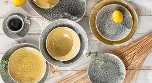 """Najlepsze do zaparzania i podawania kawy lub herbaty, ale także do podawania obiadu są porcelanowe naczynia. Dlaczego? """"Białe złoto"""" bowiem bardzo słabo przewodzi ciepło, dzięki czemu nie nagrzewa się od gorących napojów i potraw."""