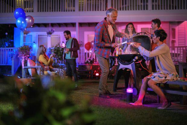 Zadbaj o dobre oświetlenie i ciesz się letnimi wieczorami w swoim ogrodzie.Za pomocą światła wykreujesz atmosferę, która sprawi, że ty i twoja rodzina poczujecie absolutnie wyjątkowy klimat, gdy tylko wyjdziecie na zewnątrz.
