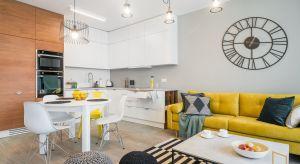 Właściciele mieszkania - trzyosobowa rodzina,nie obawiali się mocnych ani kontrastowych akcentów kolorystycznych. W konsekwencji udało się wykreować charakterną przestrzeń, w której nie ma miejsca na nudę! Mieszkanie ma nowoczesny, energetyzu