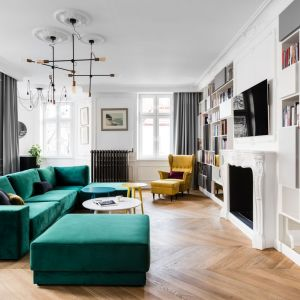 W salonie dominuje styl paryski, jako akcenty kolorystyczne projektantka zastosowała butelkową zieleń oraz żółć. Projekt: Anna Maria Sokołowska Architektura Wnętrz. Fot. Fotomohito