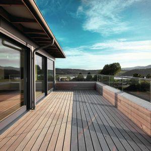 Właściwie rozmieszczone okapy, zadaszenia lub balkony chronią przed zbyt dużym nasłonecznieniem latem, kiedy słońce jest wysoko na niebie. Fot. Sokółka Okna i Drzwi