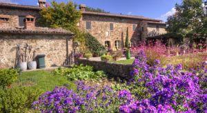 Piękne wille w kolorze stylowych piaskowców, fantazyjne balustrady, romantyczne mury i fontanny – to wszystko sprawia, że toskańskie posiadłości przyciągają podróżujących z całego świata. Z czego bierze się nieodparty urok toskańskich rez
