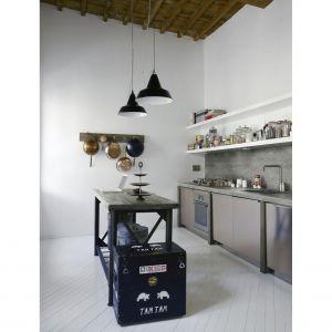 Imitujący beton laminat na ścianie nad blatem roboczym nada kuchennej aranżacji surowego, przemysłowego klimatu. Fot. Pfleiderer