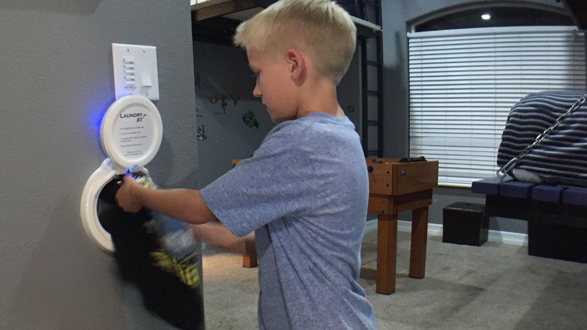 Laundry Jet to nowoczesny, kompletny system odkurzacza centralnego do transportu brudnych ubrań z całego domu, nie jest ograniczony lokalizacją i współpracuje zarówno z domami jednorodzinnymi, jak i wielopiętrowymi i lokalami handlowymi. Fot. Ecomax
