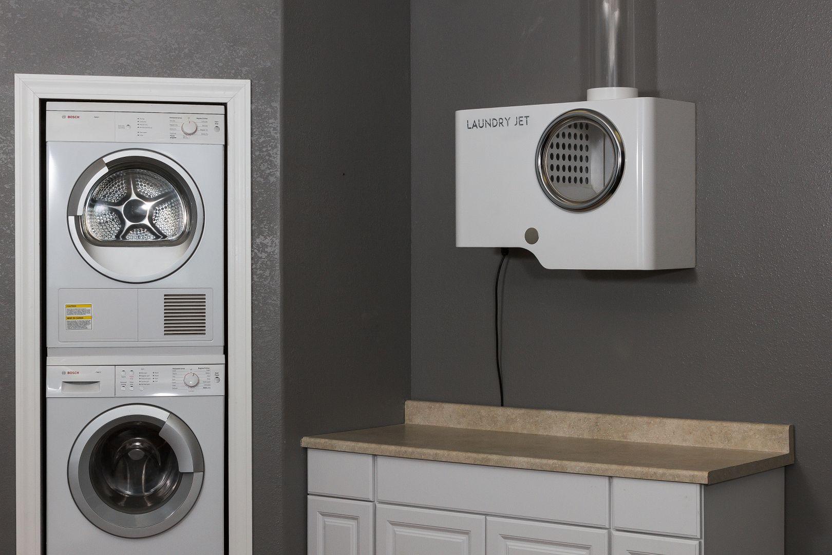Zaletą systemu jest łatwa obsługa – wystarczy nacisnąć przycisk, a wszystkie przedmioty, takie jak ręczniki, pościel, lekkie koce i ubrania transportowane są w odpowiednie miejsce. Fot. Ecomax