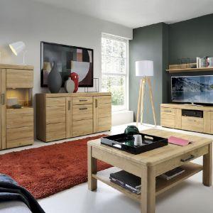 Dekor mebli inspirowany naturalną strukturą drewna w jasnej tonacji wprowadza do salonu łagodny i przytulny klimat. Fot. Meble Wójcik