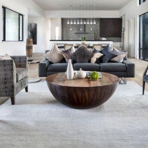 Elegancka przestrzeń, w której dominują stonowane barwy ziemi, a nowoczesność przeplata się z naturalnymi i klasycznymi akcentami. Projekt: Clark | Richardson Architects. Fot. Paul Finkel.