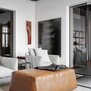 Wyrafinowane wnętrze wypełniono naturalnymi materiałami, wysokiej jakości wzornictwem i polską sztuką. Nastrój sprzyja wyciszeniu i odpoczynkowi. Projekt i zdjęcia: Studio.O. organic design