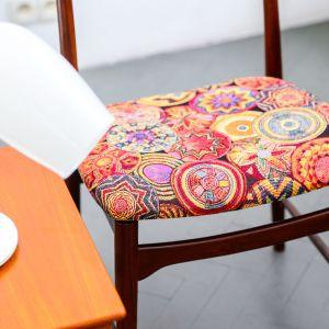 Krzesło skandynawskie z wzorzystą tapicerką. Fot. SH Studio