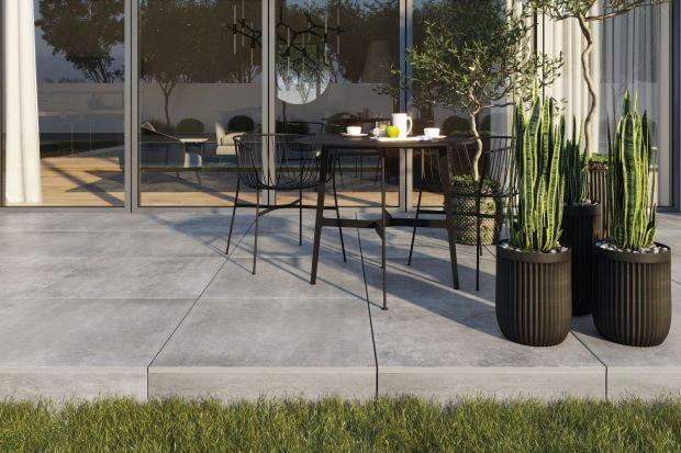 Taras, podjazd, oryginalny chodnik – aranżacja strefy wokół domu wymaga zastosowania materiałów o odpowiednich właściwościach i wysokich parametrach technicznych.