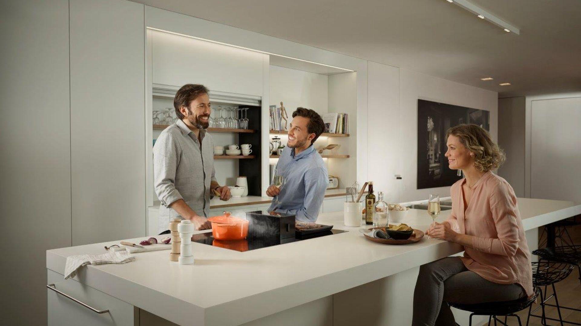 Dzięki nowoczesnym rozwiązaniom, wszystkie niezbędne sprzęty z łatwością ukryją się natychmiast po przygotowaniu posiłku w kuchennej garderobie lub wielozadaniowej wyspie. Fot. Comitor