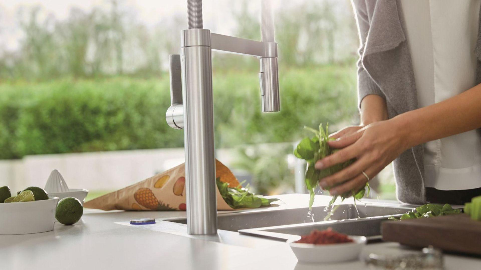 Nowoczesne, uruchamiane bezdotykowo baterie kuchenne znacznie ułatwiają codzienne przygotowywanie posiłków. Fot. Comitor