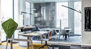 Ośmiogodzinne siedzenie za biurkiem może negatywnie wpływać na nasze samopoczucie i zdrowie. Przestrzeganie podstawowych zasad ergonomii w biurze pozwoli zagwarantować komfort i bezpieczeństwo.