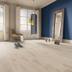 Jeans Short, TWO_4 HIM Dąb Cottage 1R Ivory Cream, lakier mat szczotkowany – nowy rozmiar trójwarstwowych podłóg Jeans, których struktura drewna została uwypuklona w procesie szczotkowania. We wgłębieniach bejca w odcieniu kości słoniowej, na powierzchni – kremowa. Dostępne w ofercie firmy Baltic Wood.  Cena: 169 netto zł /m2. Fot. Baltic Wood