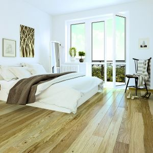 Wielowarstwowa podłoga dębowa Dąb Askania Piccolo Deska Barlinecka zachwyca naturalnym pięknem drewna. Wykończenie: półmatowe. Wymiary: 220x13 cm. Dostępna w Sklepach Komfort. Cena: 164,97 zł/m2. Fot. Sklepy Komfort,