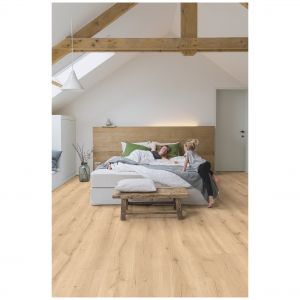 Panele podłogowe Dąb Pustynny Naturalny Jasny Majestic marki Quick-Step. Klasa ścieralności AC4. Wymiary: 2050x240x9,5 mm. Do kupienie w Sklepach Komfort. Cena: 149,99 zł/m2. Fot. Sklepy Komfort