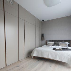 Ściana za łóżkiem. Projekt: Magdalena Lehmann. Fot. Bartosz Jarosz