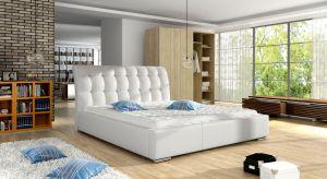 Latemogromne znaczenie ma to, na czym i pod czym śpimy. Wybierajmy przewiewne i chłodzące tkaniny oraz rozwiązania zapewniające odpowiednią wentylację.