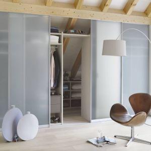Szklane ścianki z drzwiami to również świetny patent na wydzielenie małych aneksów, np. na garderobę. Fot. Raumplus