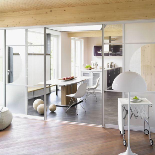 Szklane ścianki w domu - poznaj ich zalety